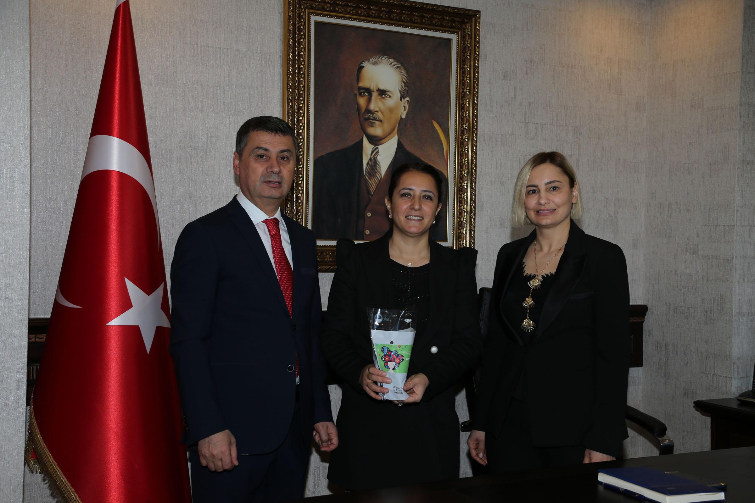 Başkan Şimşek'den kadınlara çiçek